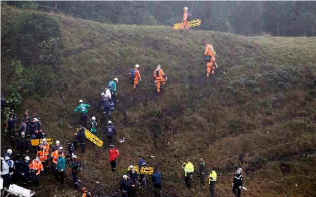 rescue-workers-trek-up-to-the-crash-site-of-the-chapecoense-team-plane-in-the-columbian-jungle4