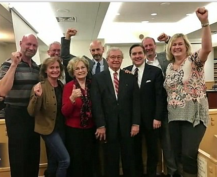 franklin-third-from-left-back-row-and-attorney-dick-deguerin-center-front-row-celebrate-the-not-guilty-verdict-with-his-family-in-a-fort-worth-courtroom