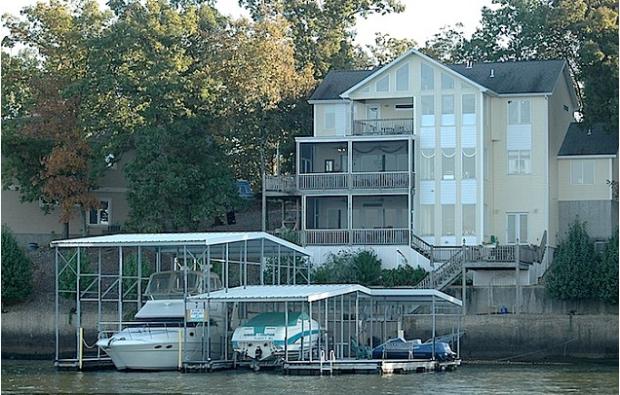 Van Note's lakeside home.png