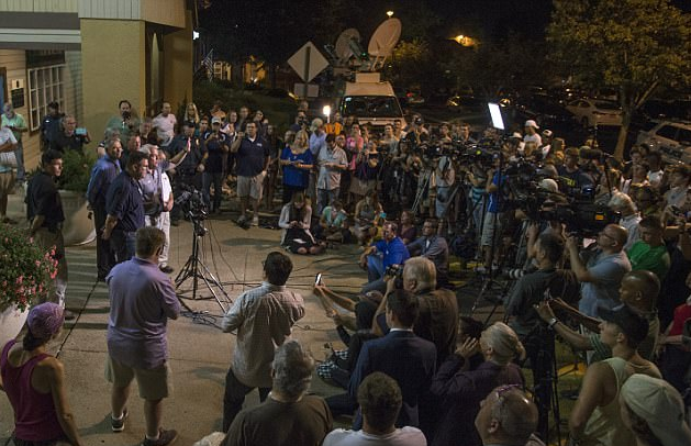 Crowd gathered in New Hope, Pa, at midnight Thusday for Weintraub's press conference.png